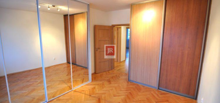 PREDANÝ: Predaj priestranného 3i bytu na sídlisku Stred v PB – komplet. rekonštrukcia – 83 m2.